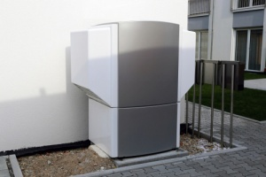 heat pump outside home during the winter, that saves heating costs